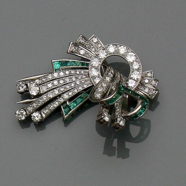 529 – Pregadeira em platina e ouro branco com esmeraldas e diamantes